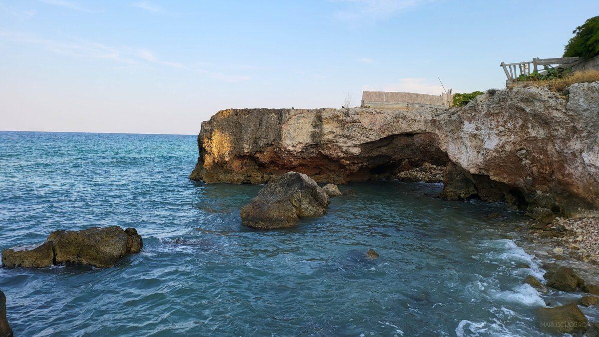 cum arata portiune plaja pietre monopoli