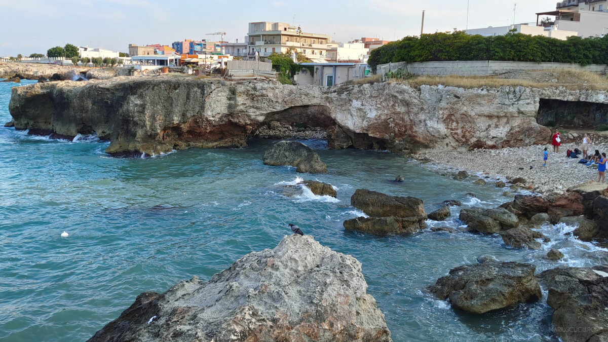 plaja italia pietre